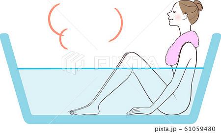 半身浴する女性 61059480
