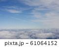 雲海と飛行機雲 61064152