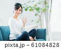 若い女性(ミネラルウォーター) 61084828