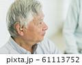 シニア男性 補聴器 61113752