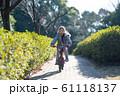 自転車に乗る女の子 61118137