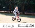 自転車に乗る女の子 61118139
