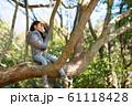 木登りをする女の子 61118428