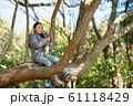 木登りをする女の子 61118429