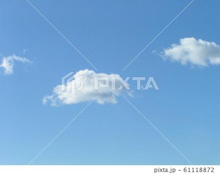 冬の青空と白い雲 61118872