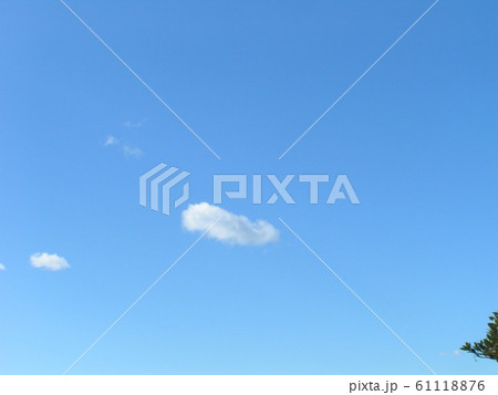 冬の青空と白い雲 61118876