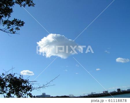 冬の青空と白い雲 61118878