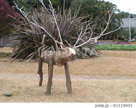 ビオラの花壇の前に木材のトナカイのオブジェ 61119931