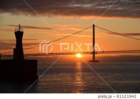 明石海峡大橋の初日の出 61121942