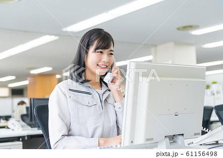 ビジネスウーマン、若い女性、作業着 61156498
