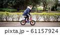 自転車に乗る女の子 61157924