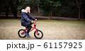 自転車に乗る女の子 61157925
