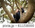木登りをする女の子 61158000