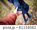 手を繋いで歩く親子 61158082