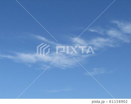 検見川浜の青い空と白い雲 61158902