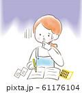 勉強する不安な女性 主婦 エプロン 61176104