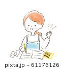 勉強する笑顔の女性 主婦 エプロン 61176126