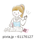 勉強する笑顔の女性 61176127
