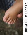 かわいい赤ちゃんの足 61176434