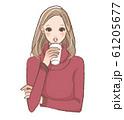 コーヒーを飲む女性 61205677