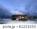 雪降る冬の驫木駅(五能線) 61223255
