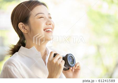 カメラを持つ女性 61241589