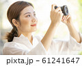 カメラを持つ女性 61241647