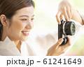 カメラを持つ女性 61241649