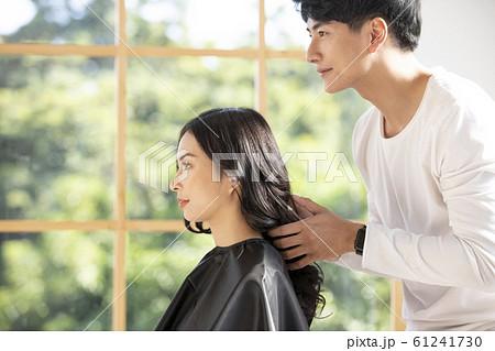 男性美容師と女性客 61241730