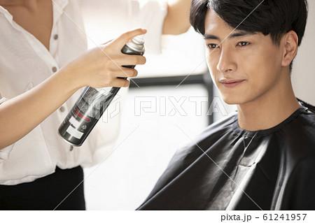 美容師と男性 61241957