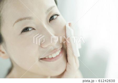 若い女性 スキンケア 61242630