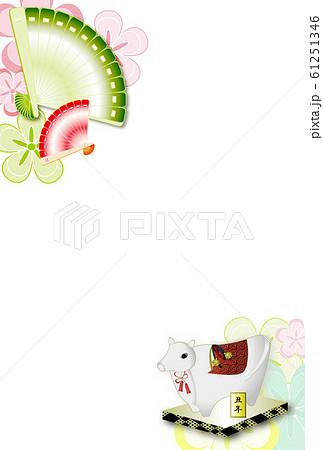 年賀状素材扇子と丑の置物と花柄の年賀状テンプレート 61251346