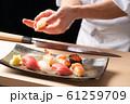 寿司を握る板前 61259709