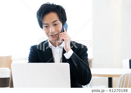 ビジネス 男性 スマホ 61270198