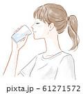水を飲む女性 61271572