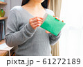 郵便物を開封する女性 61272189