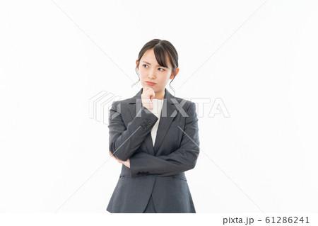若い女性 ビジネス 白背景ポートレート 人物 61286241