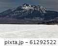 残雪の尾瀬ヶ原と燧ヶ岳 61292522