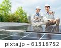 ソーラーパネル 女性作業員 ビジネスマン ビジネスイメージ 61318752