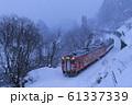 雪降る冬の只見線 61337339