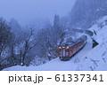 雪降る冬の只見線 61337341