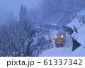 雪降る冬の只見線 61337342