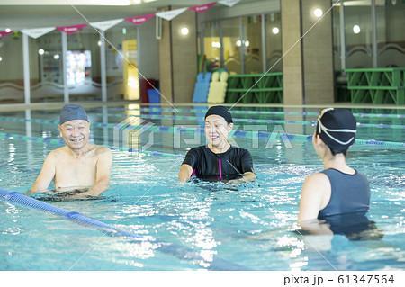 シニア 高齢者 水着 プール ジム スイミングスクール リハビリ 水中ウォーキング インストラクター 61347564