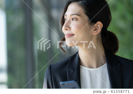 ビジネス 女性 スマホ 61358771