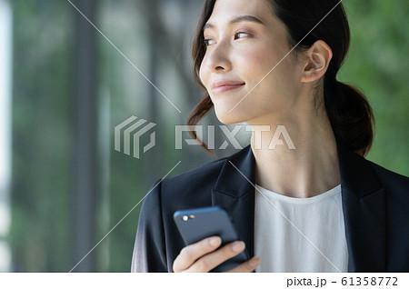 ビジネス 女性 スマホ 61358772