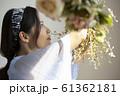 花を飾る女性 61362181