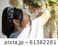 花を飾る女性 61362261