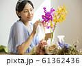 花を育てる女性 61362436