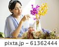 花に水をやる女性 61362444