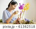 花に水をやる女性 61362518